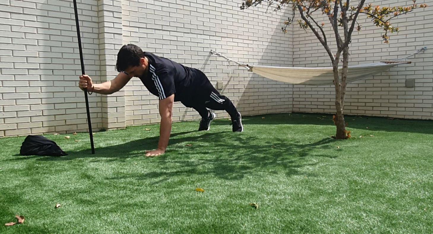 Yo entreno en casa / Día 23: Entrenamiento con escoba